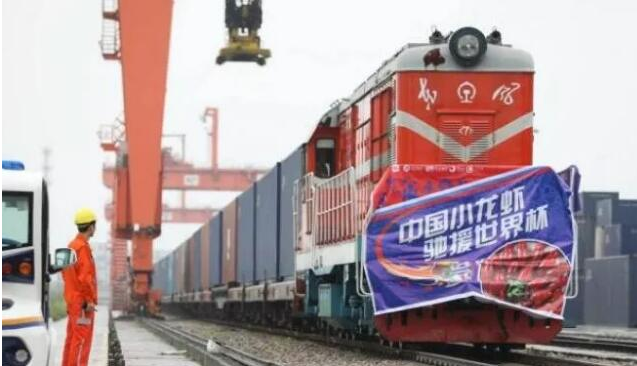 "China sends 100,000 crawfish to CHINA RAILWAY Express ""to go to Russia for the World Cup"""